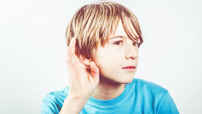 Chłopiec nadstawia ucha