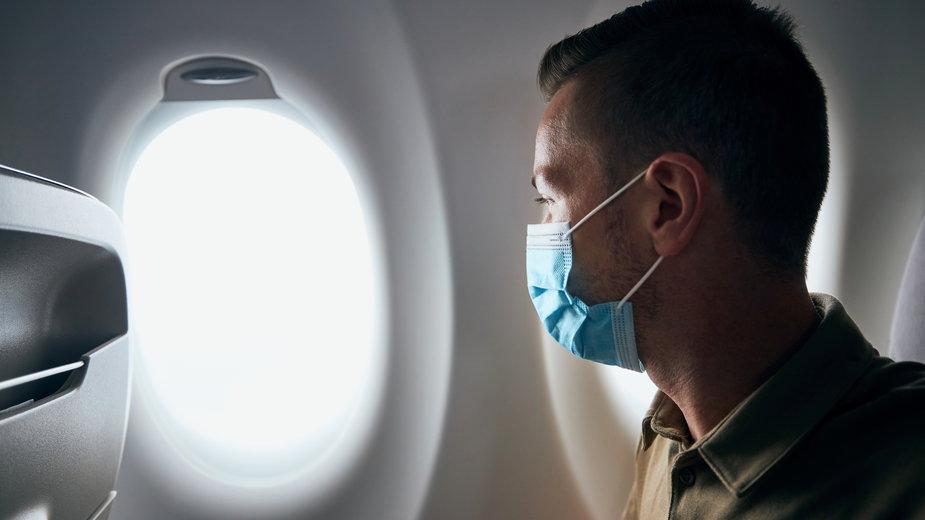Awantura o maseczkę na pokładzie samolotu. Żona uderzyła męża