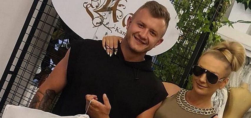 Dawid Narożny i jego ukochana poszli do ślubu w niecodziennych stylizacjach. Fani: Strój chyba na dyskotekę