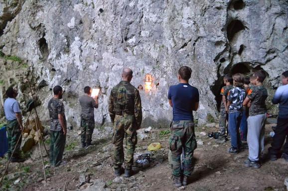 Molitva je sastavni deo aktivnosti u kampu