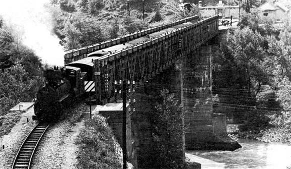 Voz na jednom od mostova na Drini