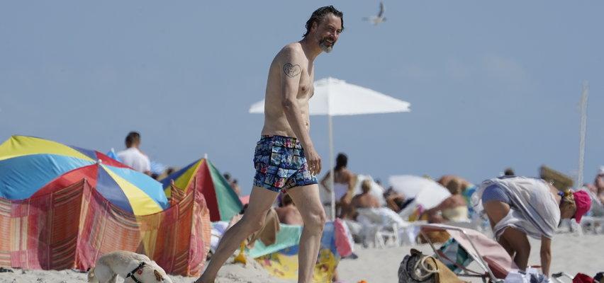 Szymon Majewski zabrał żonę nad morze. Zostawił ją na plaży, a sam... [ZDJĘCIA]