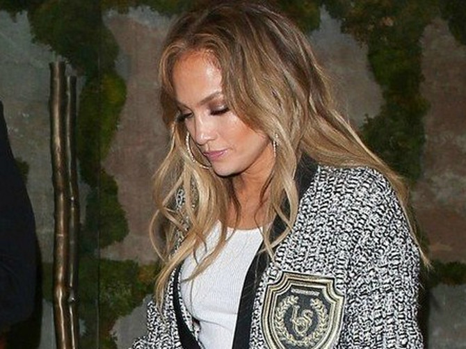 Izgleda kao džinovska beba SA PUNOM PELENOM: Pantalone Džej Lo su toliko POGREŠNE da nam se plače!