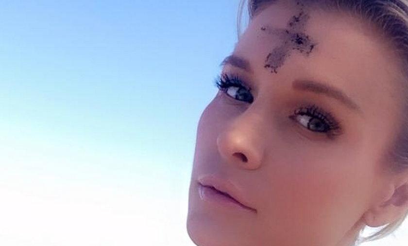 Joanna Krupa z krzyżem na czole