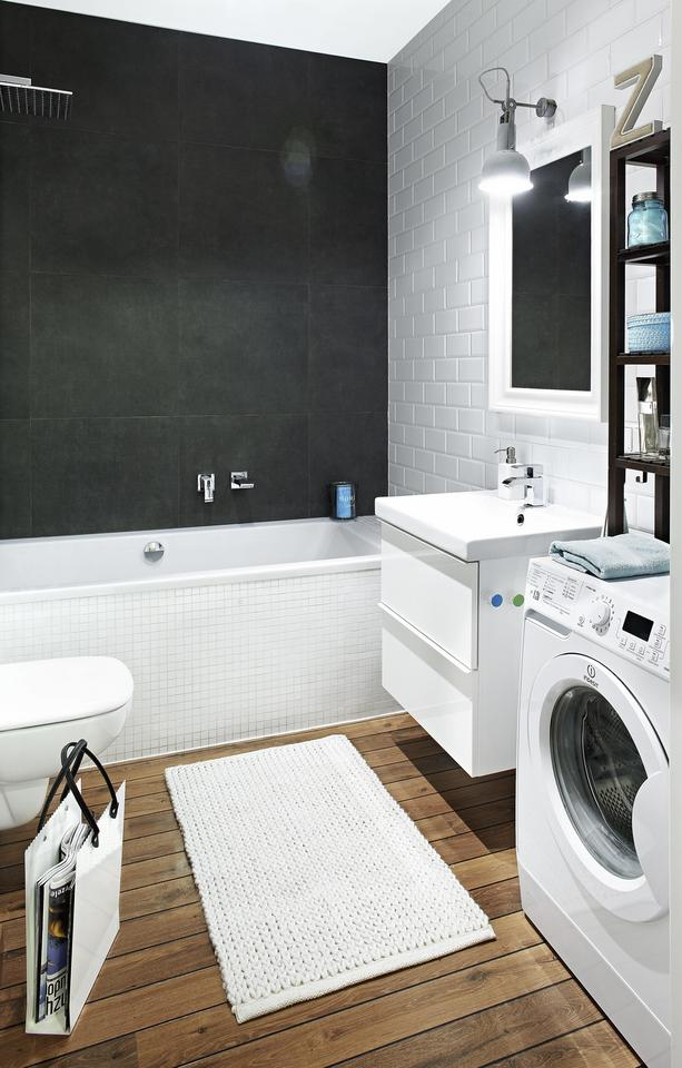 DESKI? Nie! Na podłodze w łazience ułożono imitujące drewno panele laminowane Quick-Step, przeznaczone do wilgotnych pomieszczeń.