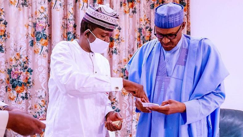 Zamfara's Governor Bello Matawalle (left) says he'll discuss the issue of SARS' dissolution with President Muhammadu Buhari (right) [Twitter/BashirAhmaad]