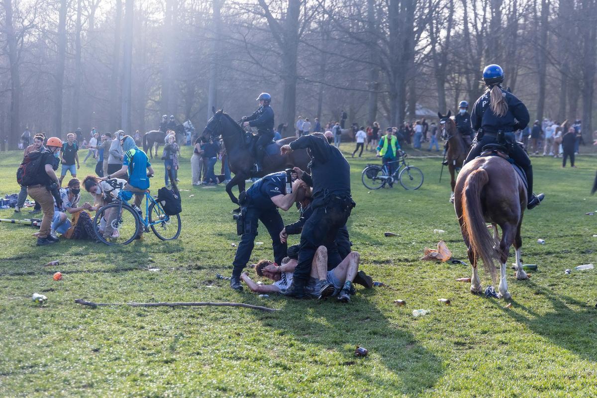 A korlátozás, az korlátozás... - Rommá verték a brüsszeli rohamrendőrök a több ezres, bulizó tömeget - döbbenetes felvételek