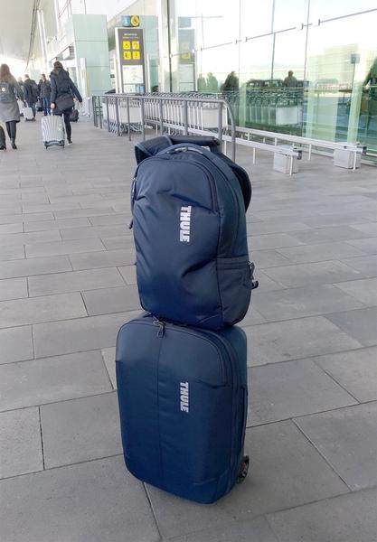 Thule Subterra - plecak i walizka na lotnisku podczas jednego z moich wyjazdów