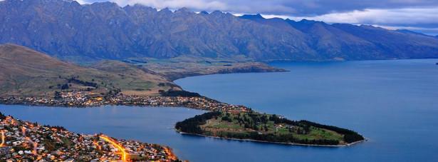 """4. miejsce: Queenstown w Nowej Zelandii – turyści zgodnie twierdzą, że to miasto """"zapiera dech w piersiach"""". Góry, jeziora, winnice – wszystkie te czynniki powodują, że turyści tracą głowę dla Queenstown. Raj dla oczy i podniebienia to już wystarczający argument, żeby być wysoko na liście miast, które warto zobaczyć. Ale w przypadku Queenstown nie można zapominać o cudownej gościnności mieszkańców z której miasto jest znane na całym świecie."""