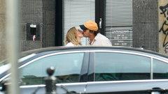 To sięnazywa miłość! Lara Gessler i jej mąż wymieniają czułości na ulicy. ZDJĘCIA