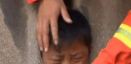 Mały chłopiec wsadził głowę, gdzie nie trzeba