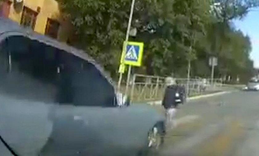 Matka puściła dziecko wprost pod auto. Przerażające nagranie