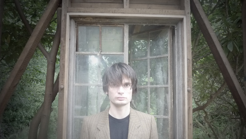 """Jonny Greenwood, muzyk i kompozytor najbardziej znany jako gitarzysta brytyjskiego rockowego zespołu Radiohead wykona na Open'erze klasyczny utwór Steve'a Reicha """"Electric Counterpoint"""". Kompozycja napisana na gitarę elektryczną i 14 ścieżek gitarowych lub zespół gitarzystów elektrycznych, zostanie zagrana przez Greenwooda w sobotę, ostatniego dnia festiwalu. Wszystkie 14 ścieżek Anglik zarejestrował sam"""