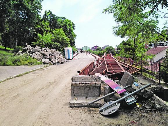 Nadvožnjak je napravljen 1988. i od tada nije bilo nikakvih rekonstrukcija, zbog čega je 11 nosećih stubova bilo prilično oštećeno