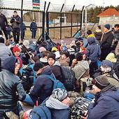 MIGRANTI NOĆE I U ŠATORIMA Novi talas izbeglica kod Kanjiže, odmah se okupili i KRIJUMČARI