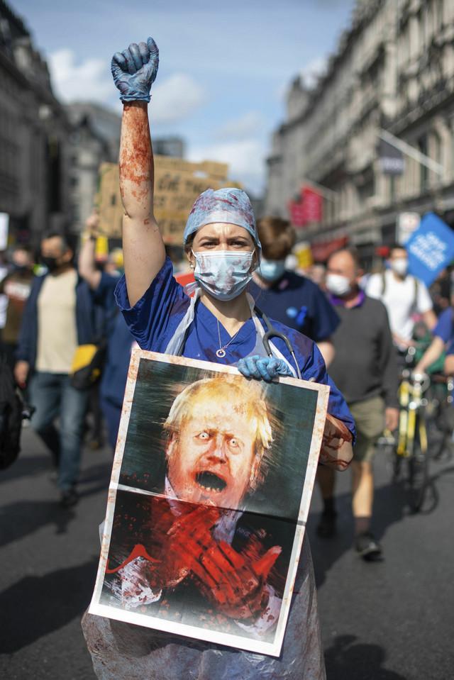 """""""PRESTANITE DA APLAUDIRATE I POČNITE DA PLAĆATE"""": Protest zdravstvenih radnika u Britaniji, traže povećanje plata"""