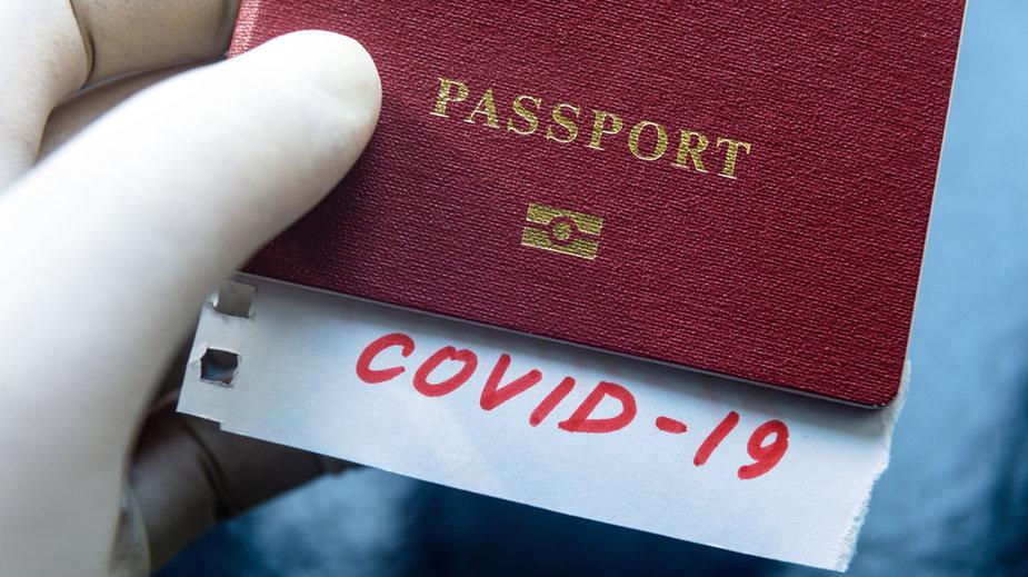 """Coraz więcej krajów wprowadza """"paszporty szczepionkowe"""""""