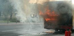 Autobus płonął i rozpadał się na drodze. Pomógł policjant