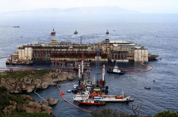 Costa Concordia. Fot. EPA/CLAUDIO GIOVANNINI