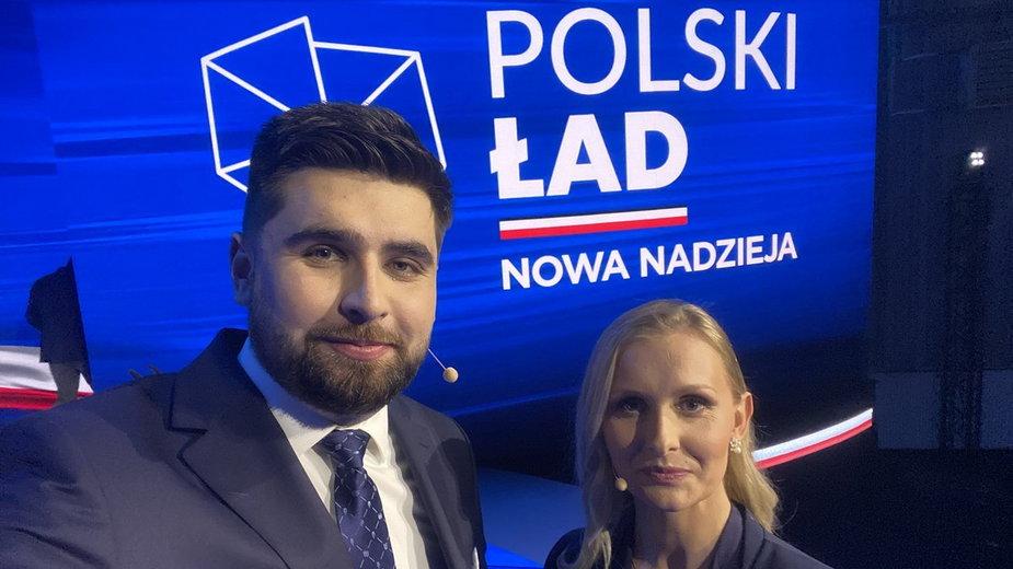 """Jakub Banaszek i Natalia Nitek-Płażyńska tuż przed rozpoczęciem konferencji """"Polski Ład"""". Fot: Jakub Banaszek/Twitter"""