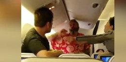 Bijatyka pasażerów w samolocie