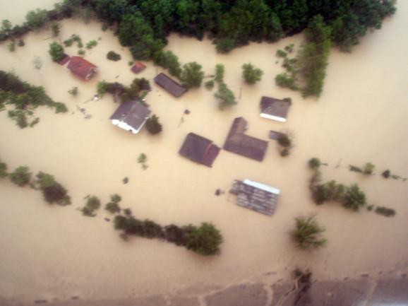 Evakuisano je 2.500 ljudi