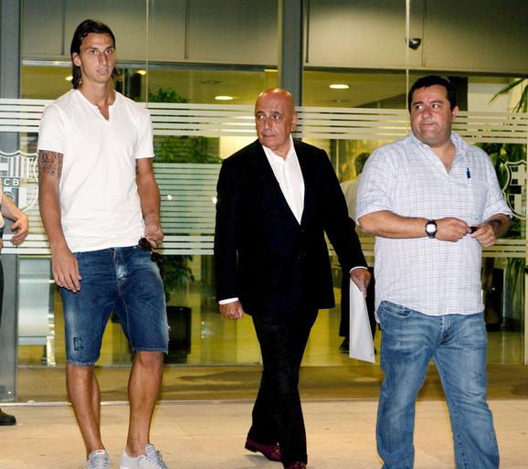 Mino Rajola (desno) sa Milanovim Adrijanog Galijanijem (u sredini) dolazi 2010. u Barselonu po Zlatana Ibrahimovića