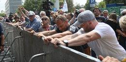 Protest przed Sejmem. Zaatakowali ojca premiera