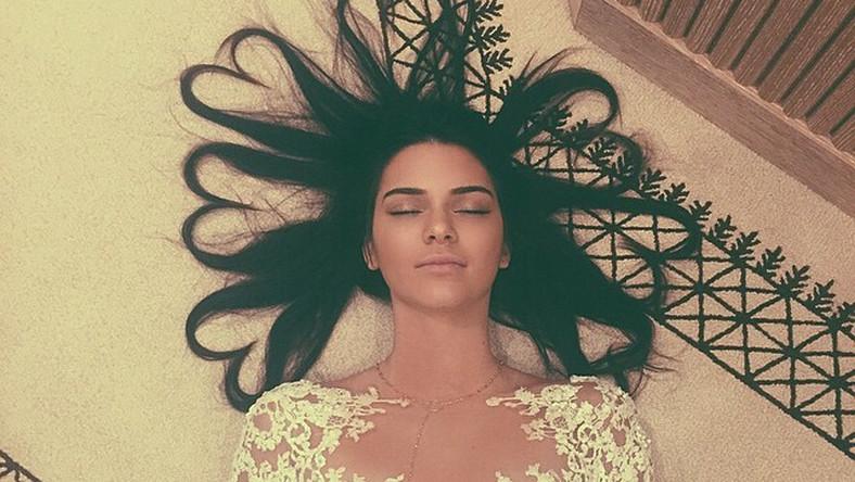 """Walka o tytuł królowej rozegrała siępomiędzy dwiema paniami (bo to kobiety rządzą na Instagramie, w pierwszej dziesiątce nie znalazł sięani jeden mężczyzna). W starciu Kendall Jenner – Taylor Swift przewagęma gwiazda sceny pop, bowiem zdjęcia publikowane przez nią zrobiły furorę w sieci i stanowią aż połowę rankingu. Mimo to, dotychczasowej liderce Taylor nie udało sięzdobyć pierwszego miejsca, które przypadło Kendall Jenner. Fotografia przedstawiająca celebrytkęi modelkęz klanu Kardashianów z włosami ułożonymi w serca zebrała w tym roku najwięcej """"serduszek/polubień"""" – ponad 3,2 miliona. Oto najpopularniejsze zdjęcia na Instagramie 2015 roku:"""