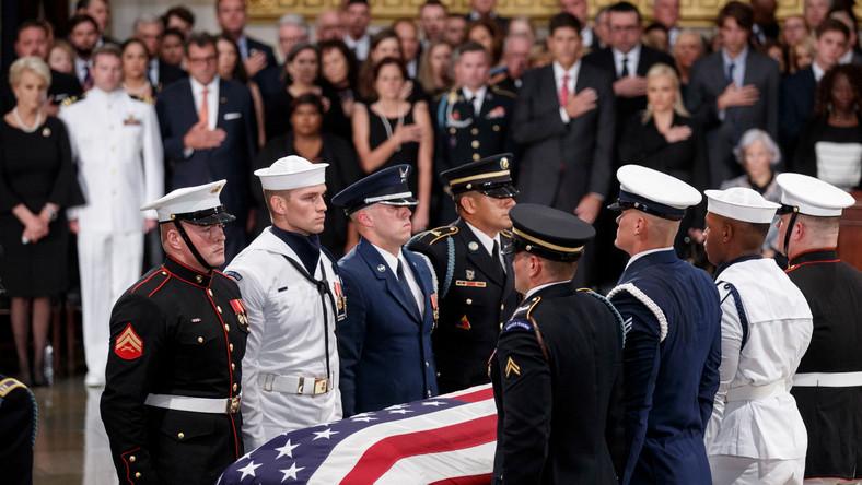 McCain - pilot marynarki wojennej, wielokrotnie odznaczony za męstwo bohater wojenny, jeniec w obozie komunistycznego Wietnamu Północnego, najpierw kongresman, a następnie republikański senator przez ponad 30 lat reprezentujący w tej izbie stan Arizona - zmarł w sobotę, 25 sierpnia, na nowotwór mózgu.