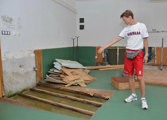 Teretana je bila poplavljena pet puta, podovi su upropašćeni, na zidovima je buđ... Od rekonstrukcije još nema ništa