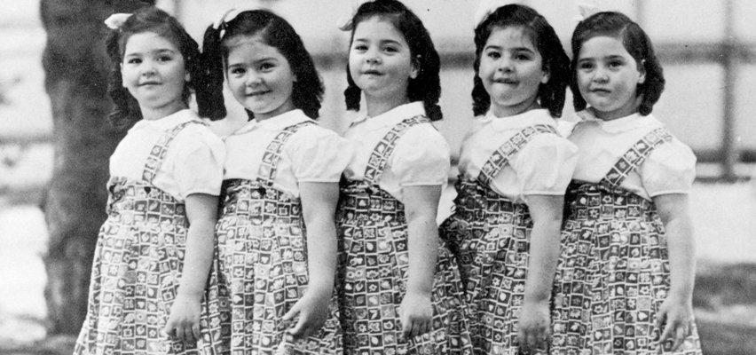 """To były pierwsze pięcioraczki, które dożyły dorosłości. Władze zamknęły je w """"ludzkim zoo"""" i za pieniądze pozwalały turystom je podglądać"""