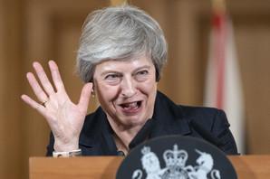 NOVE OSTAVKE U NAJAVI, ONA NE ODUSTAJE Tereza Mej: Velika Britanija u martu NAPUŠTA EU
