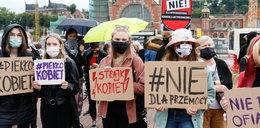 Protest na ulicach Warszawy. Polki przeciwko wypowiedzeniu konwencji antyprzemocowej