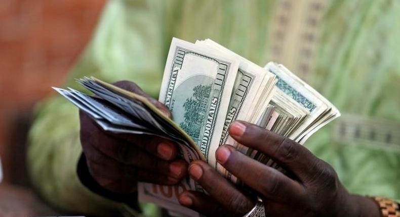 A bureau de change operator counts U.S. currency notes in Abuja, March 12, 2015.  REUTERS/Afolabi Sotunde/File Photo