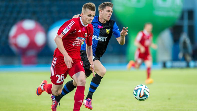 Zawodnik Zawiszy Bydgoszcz Luka Marić (P) walczy o piłkę z Bartoszem Szeligą (L) z Piasta Gliwice podczas meczu grupy spadkowej piłkarskiej T-Mobile Ekstraklasy