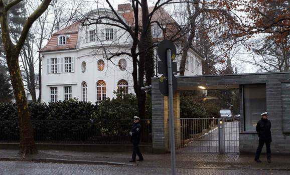 Policija ispred Vulfove rezidencije