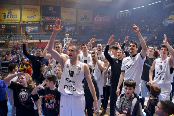 Slavlje košarkaša Partizana posle pobede nad Igokeom