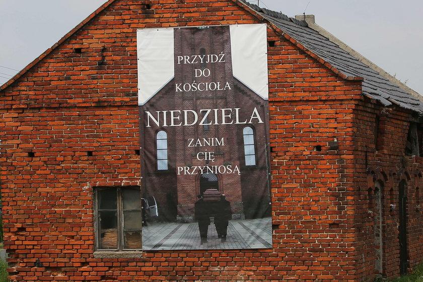 Ksiądz powiesił kontrowersyjny plakat. W parafii zawrzało