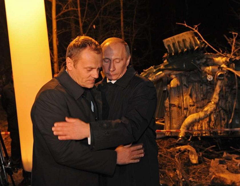Uścisk Tuska i Putina był sztuczny? Urzędnik podsłuchał, co mówili...