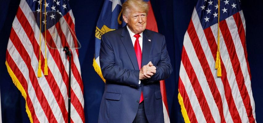 Donald Trump założył na wiec spodnie tył na przód?! Internauci mają niezłe używanie z byłego prezydenta USA