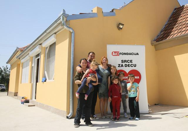 """Ovako sada izgleda nova kuća: Porodica Gligor sa Ljiljanom Knežević, izvršnom direktorkom """"Blic fondacije"""" nakon dodele ključeva"""