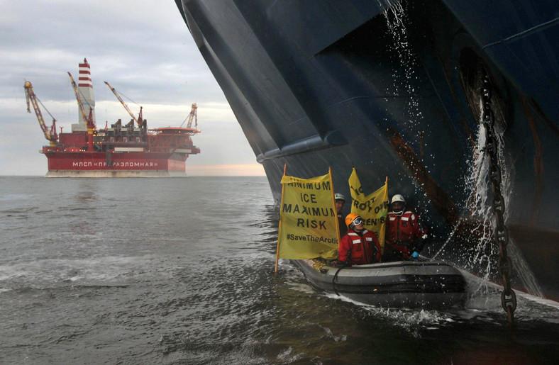 Działacze Greenpeace zablokowali statek koncernu Gazprom