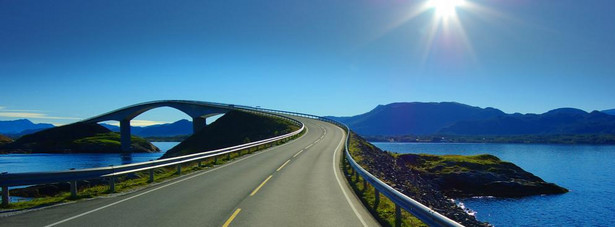 4. miejsce: Droga Atlantycka biegnie zygzakami przez niskie mosty, które wznoszą się nad morzem, łącząc wysepki pomiędzy Molde a Kristiansund w krainie Fiordów Norwegii. Hustadvika jest osławionym pasem oceanu, dostarczającym niezwykle dramatycznych przeżyć w czasie sztormu. Droga ma długość 8 kilometrów.