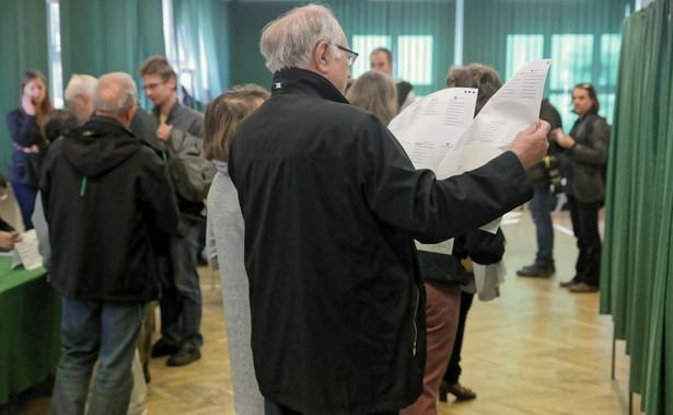 """""""Informowałem dużo wcześniej, jako prezes Związku Miast Polskich, że po zmianach w kodeksie wyborczym przeprowadzenie tych wyborów będzie arcytrudnym zadaniem. Przy tych wyborach w skali całego kraju pracowało prawie pół miliona osób. Ludzie byli niekompetentni i nieprzygotowani, zabrakło dla nich jasnych, prostych instrukcji wykonania procedur wyborczych."""" - ocenił Frankiewicz."""