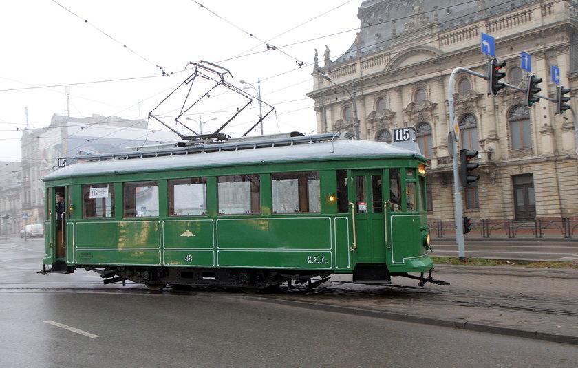zabytkowy tramwaj obok Pałącu Poznańskiego w Łodzi