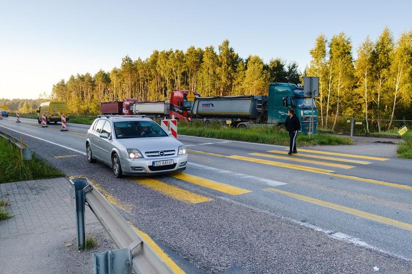 Niebezpieczne przejście na przebudowywanej S1 w Dąbrowie Górniczej. Mieszkańcy apelują o włączenie sygnalizacji świetlnej