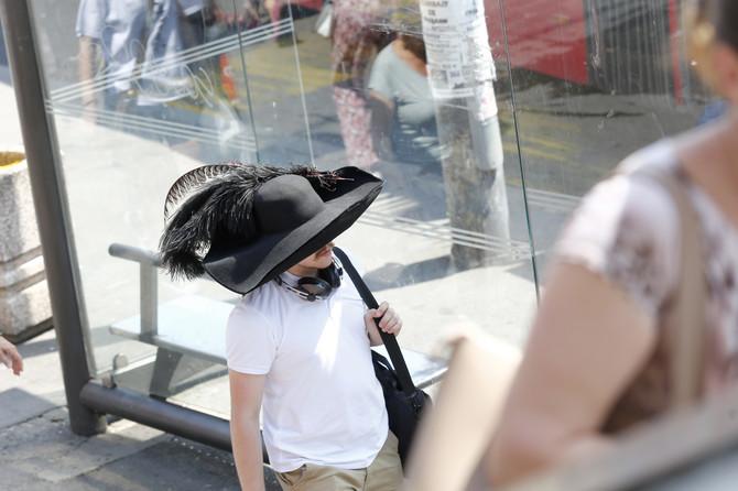 """""""Ja mirno hodam i nosim ogroman šešir"""""""