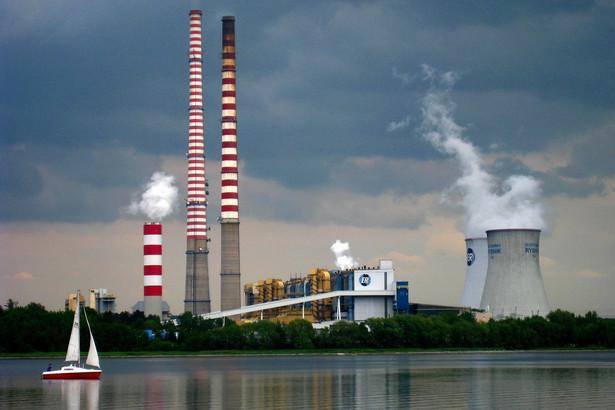 Rybnik Ta największa na Górnym Śląsku elektrownia dysponuje mocą zainstalowaną na poziomie 1775 MW. Pierwsze bloki energetyczne w tym obiekcie uruchomiono w latach 1972-1974, dziś znajduje się tu 8 bloków energetycznych. Właściciel elektrowni – francuska grupa EDF – do 2018 roku planowała uruchomić nowy blok energetyczny na węgiel kamienny i biomasę (900 MW) o wartości 7,5 mld zł, lecz projekt ten został wstrzymany. Fot. MARCIN TOMALKA / AGENCJA GAZETA