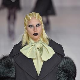 Lady Gaga na wybiegu. Wyglądała trochę przerażająco